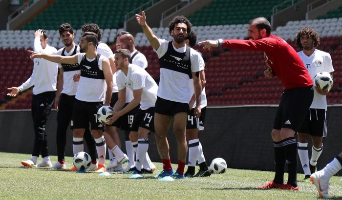 Egypt's forward Mohamed Salah (R) takes part in a training at the Akhmat Arena stadium in Grozny on June 13, 2018, ahead of the Russia 2018 World Cup football tournament. / AFP PHOTO / KARIM JAAFAR