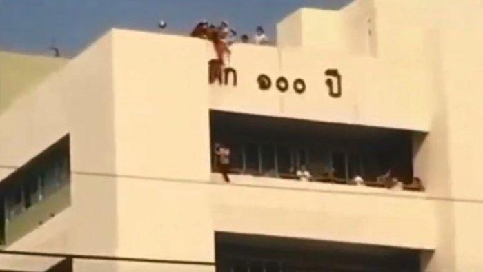 طفلة الأربعة اعوام تنجو من الموت باعجوبة بعد سقوطها من الطابق السابع!