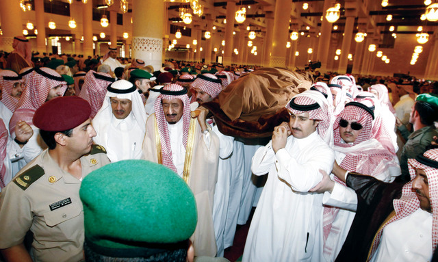 Riyadh Governor Prince Salman and other family members carry the body of Crown Prince Sultan after the funeral prayer in Riyadh